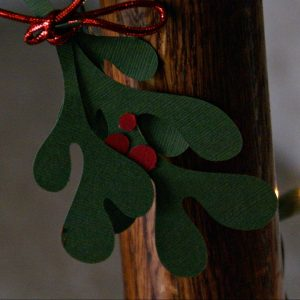 DIY Mistletoe Decor with Free Printable Pattern / Busy Mom's Helper
