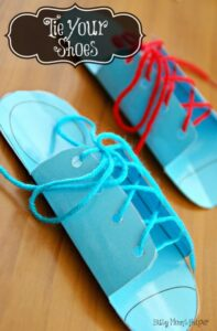 Teach your kids to tie their shoes with this shoe tying printable! by BusyMomsHelper.com